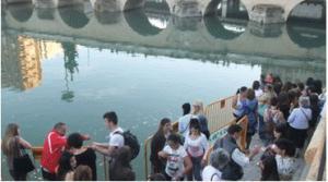 川岸に並ぶ人たち